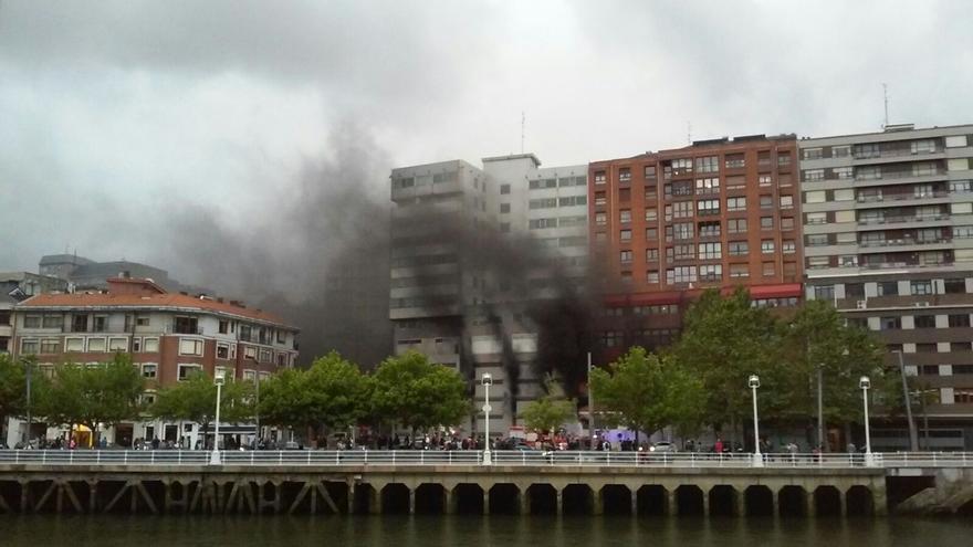 Confinados en sus casas los vecinos del número 12 de la calle Mazarredo de Bilbao por un incendio en sus garajes