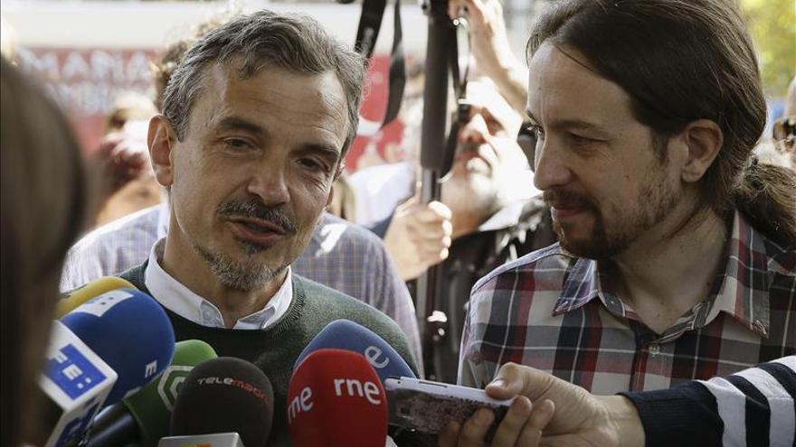 """López vota acompañado de Iglesias """"en un día fantástico para la democracia"""""""