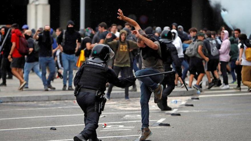 Los Mossos d'Esquadra cargan contra los manifestantes en El Prat.
