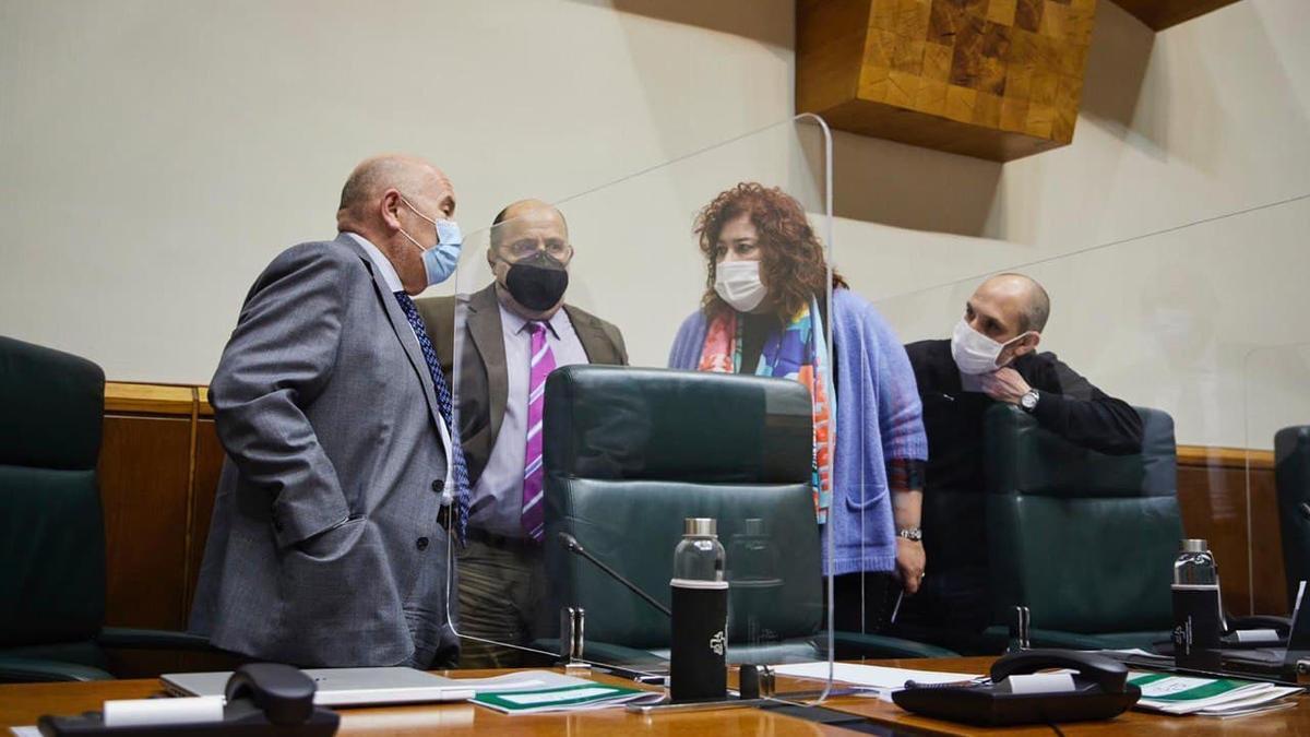 Txarli Prieto, con mascarilla negra, al asumir la presidencia del Parlamento por la ausencia de Bakartxo Tejeria