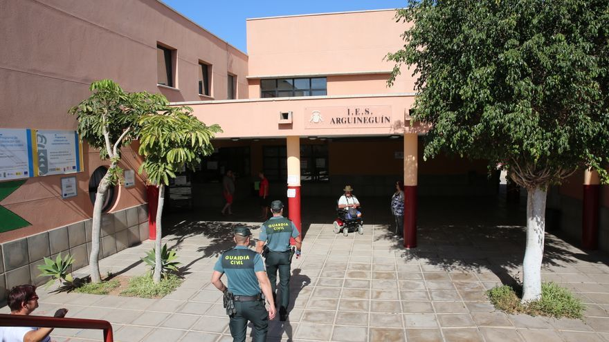 Agentes de la Guardia Civil en uno de los colegios electorales de Mogán el pasado 26 de mayo.