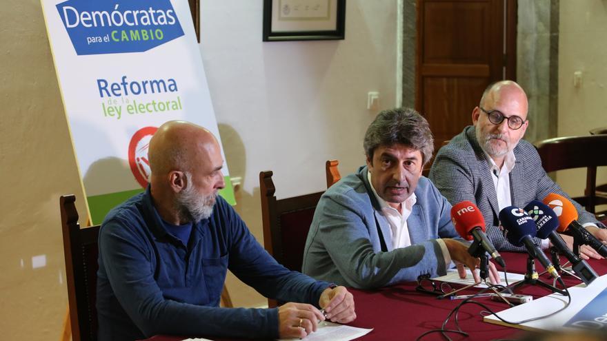 El vicepresidente de DPC, José Marrero, el presidente del colectivo, Vicente Mujica, y el responsable de comunicación, Luis Roca, durante la rueda de presa.