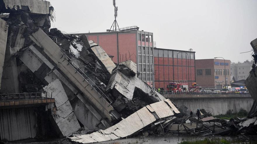 Vista de la sección del viaducto que se desplomó en Génova (Italia) este martes