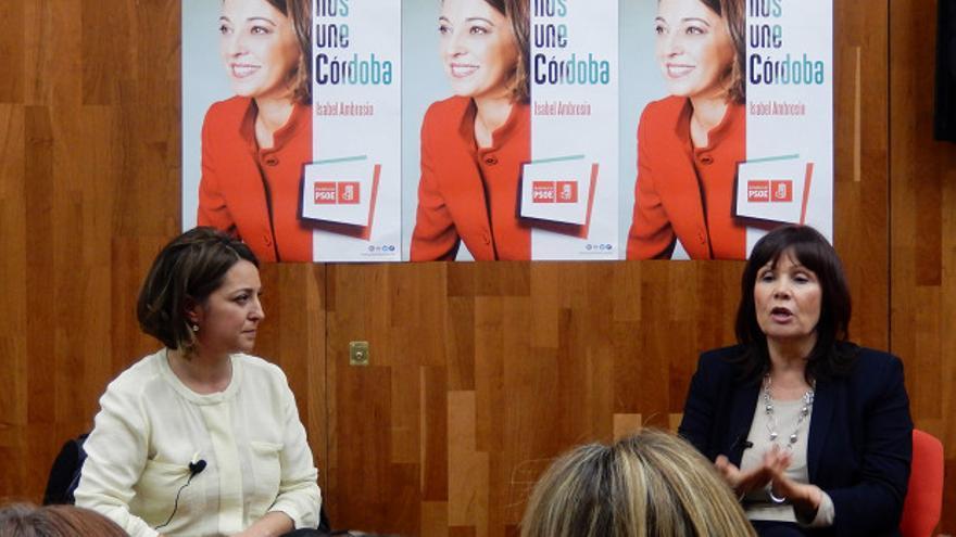 Isabel Ambrosio y Micaela Navarro, ayer en la sede del PSOE de Córdoba.