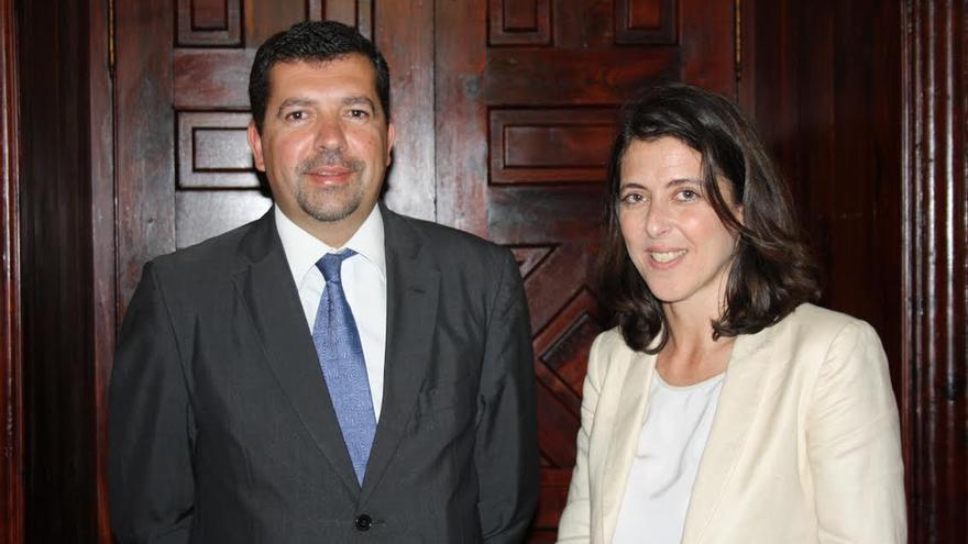 El alcalde de Santa Cruz de La Palma junto a Carmen Gloria Rodríguez Falcón, directora de ventas de administraciones públicas de Canarias de la compañía Telefónica.
