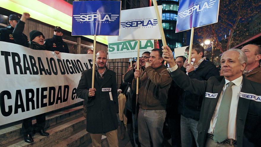 Los sindicatos de Iberia rechazan los recortes mientras sube la producción en sus filiales
