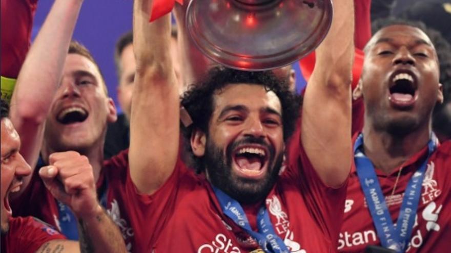 Mohamed Salah celebrando la victoria en la final de la Champions.