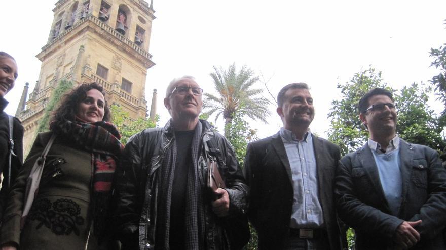 Cayo Lara junto a Antonio Maíllo y dirigentes locales de IU, en el Patio de los Naranjos de la Mezquita-Catedral de Córdoba.