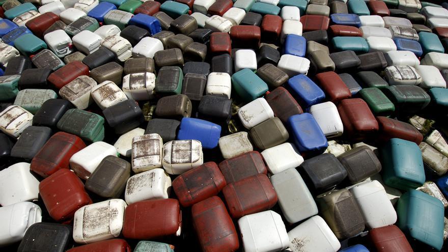 Cientos de bidones de plástico de combustible