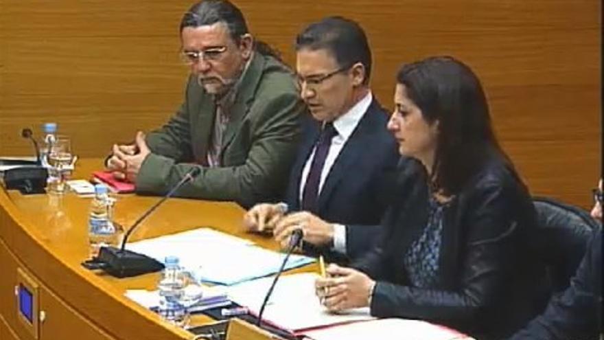 El exportavoz del PP en las Corts Valencianes, Serafín Castellano, en el centro, en la comisión de investigación del metro.