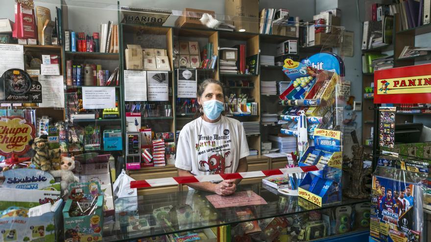 Yolanda Hormigo, trabaja en una papelería donde no ha dejado de vender prensa. / Marta Maroto