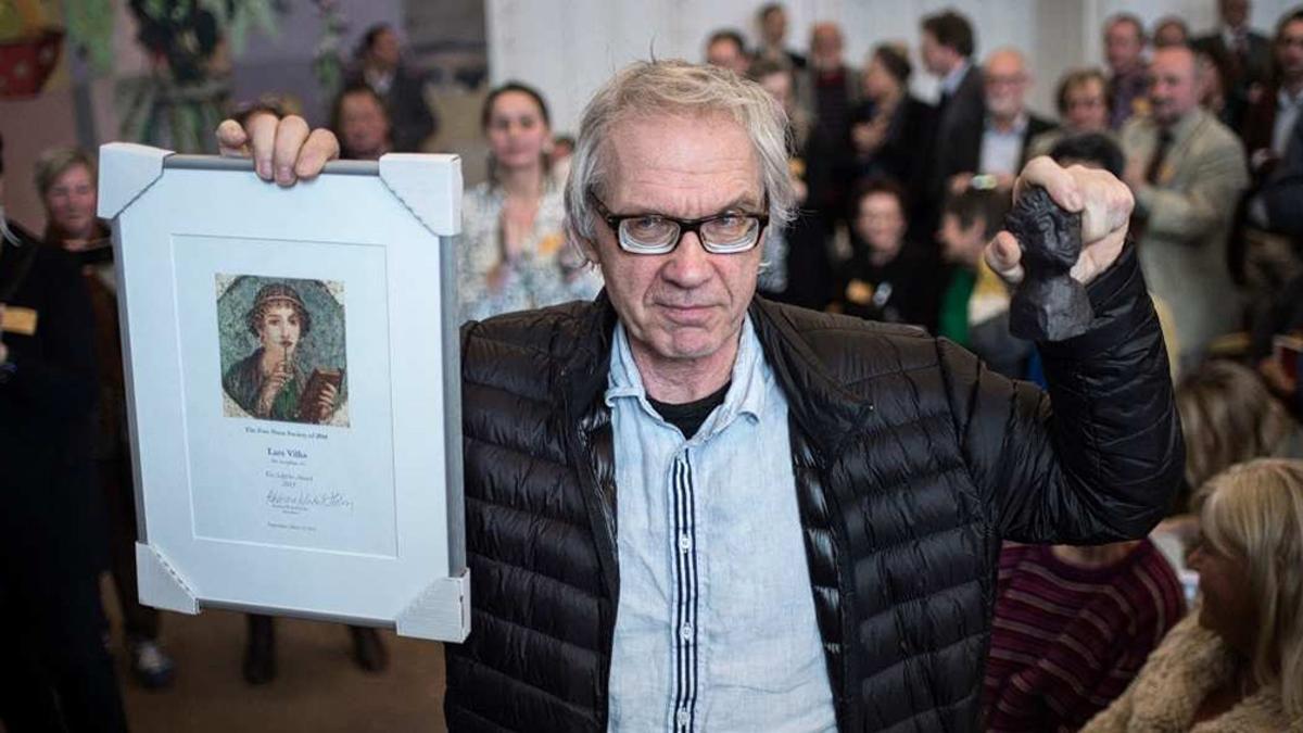 Lars Vilks, quien era perseguido por la red terrorista Al Qaeda por satirizar la imagen del fundador del Islam, falleció en un accidente que se produjo luego de que el vehículo en el que iba atravesara una valla de seguridad a gran velocidad.