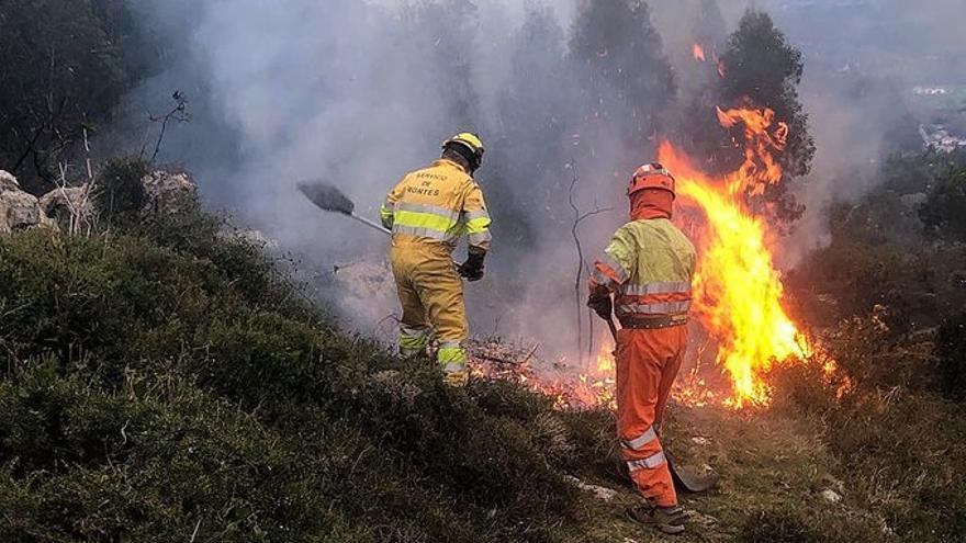 Activos ocho de los 23 últimos fuegos provocados en Cantabria