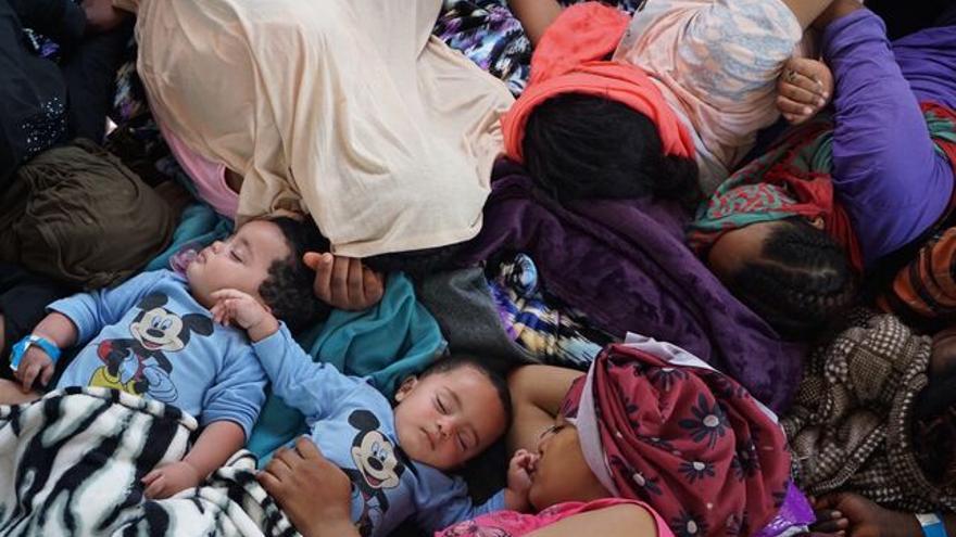 Una mujer y dos bebés mellizos en el Open Arms.