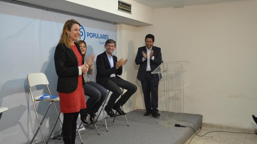 El exalcalde Alfonso Bataller, segundo por la derecha, aplaude a la nueva presidenta del PP local de Castellón, tras su dimisión de ese cargo.