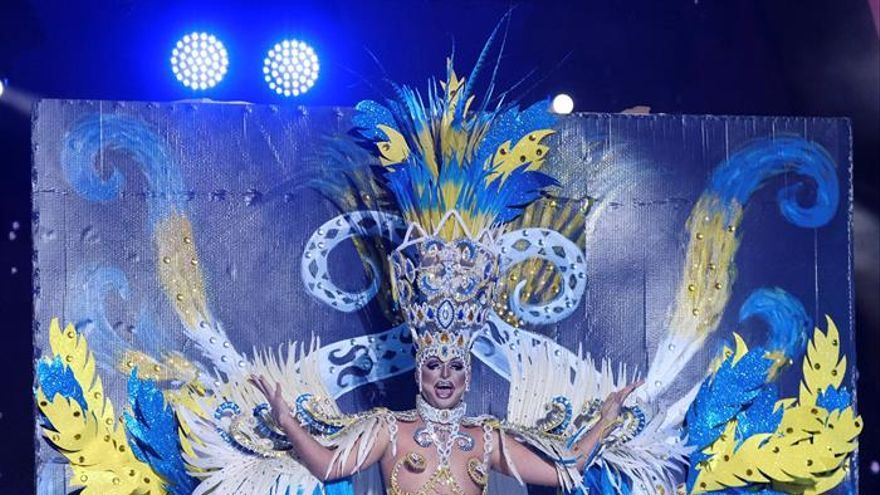 Drag Aruba, con su fantasía 'Misijo...aquí el que no corre, ¡¡vuela!!'. (EFE/Angel Medina G).