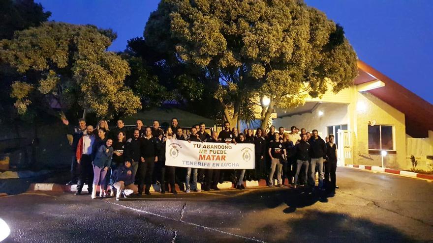 Foto de familia de las personas congregadas este mañana de lunes por fuera del acceso principal a la prisión Tenerife II