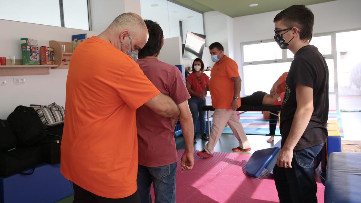 Un grupo de fisioterapeutas atiende a niños con necesidades especiales en El Paso tras la erupción del volcán de La Palma