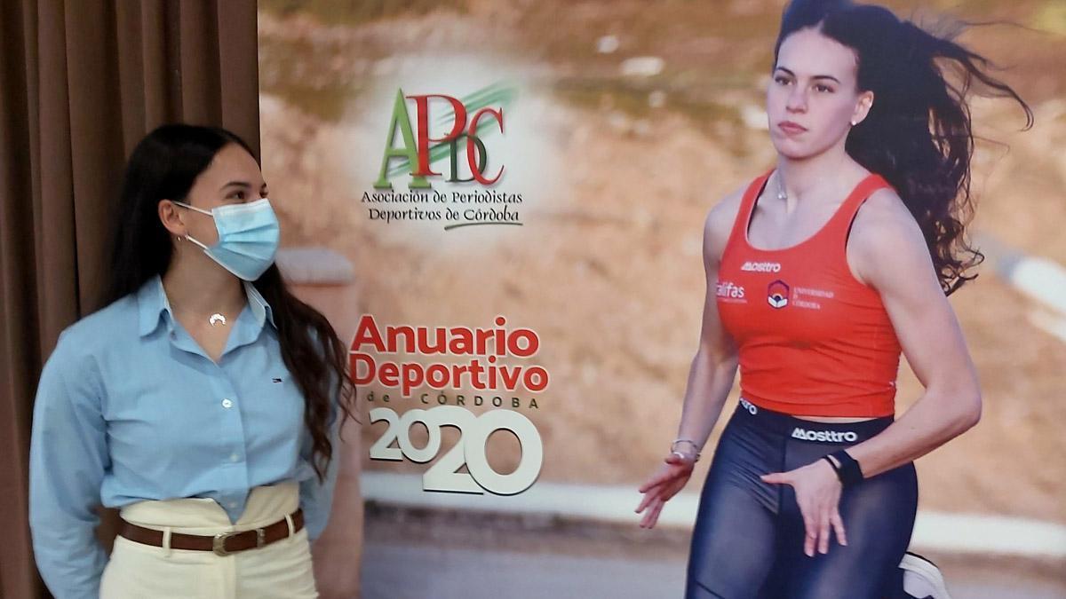 Carmen Avilés, ante el anuario de la APDC de 2020.