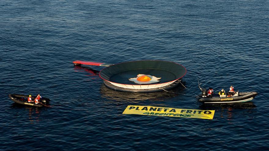 Mar caliente, planeta frito: Greenpeace coloca una sartén de 500kg en el Mar Menor
