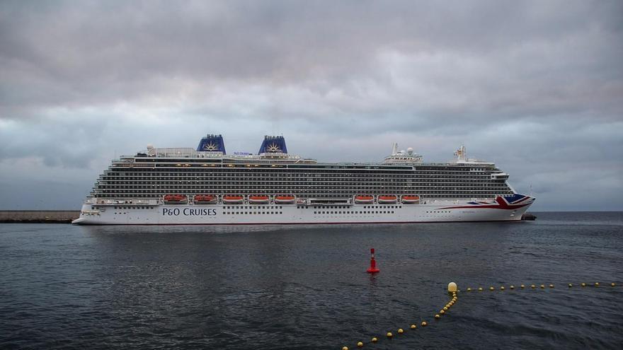 El buque Britannia, este sábado, en el dique principal del Puerto de Santa Cruz de La Palma. Foto: JOSÉ AYUT.