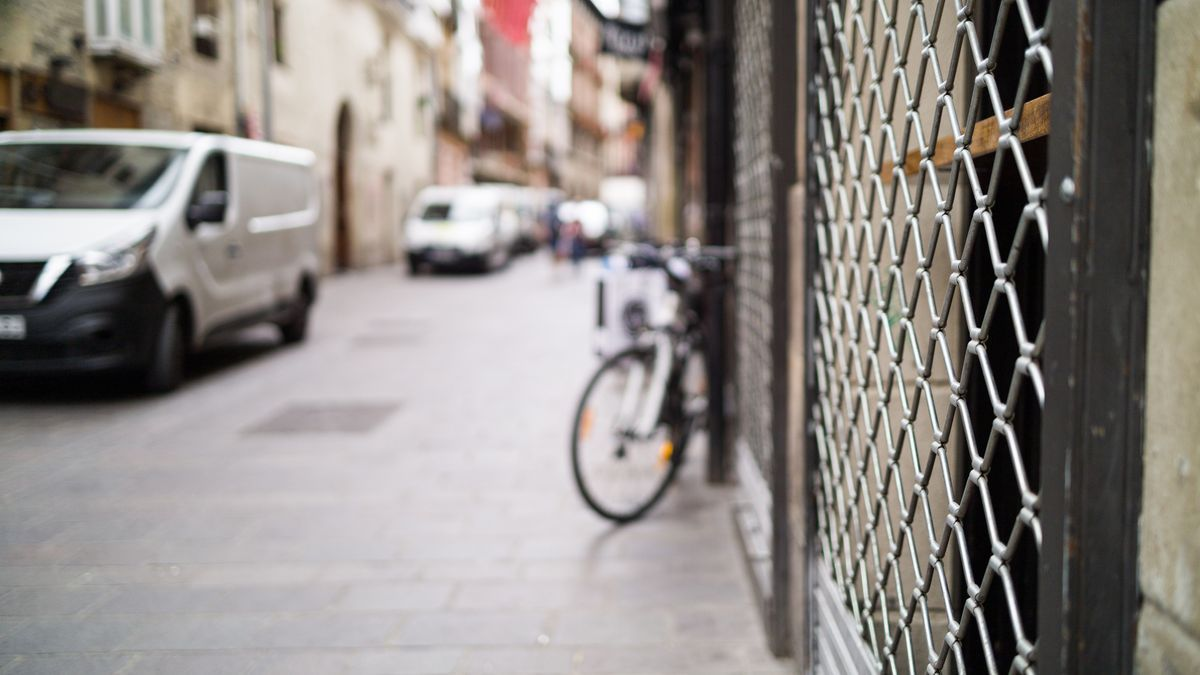 Cierre de un local en la Calle Cuchillería de Vitoria