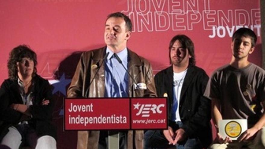 Alfred Bosch Acompañado Por Teresa Jordà Y Dos Miembros De Las JERC