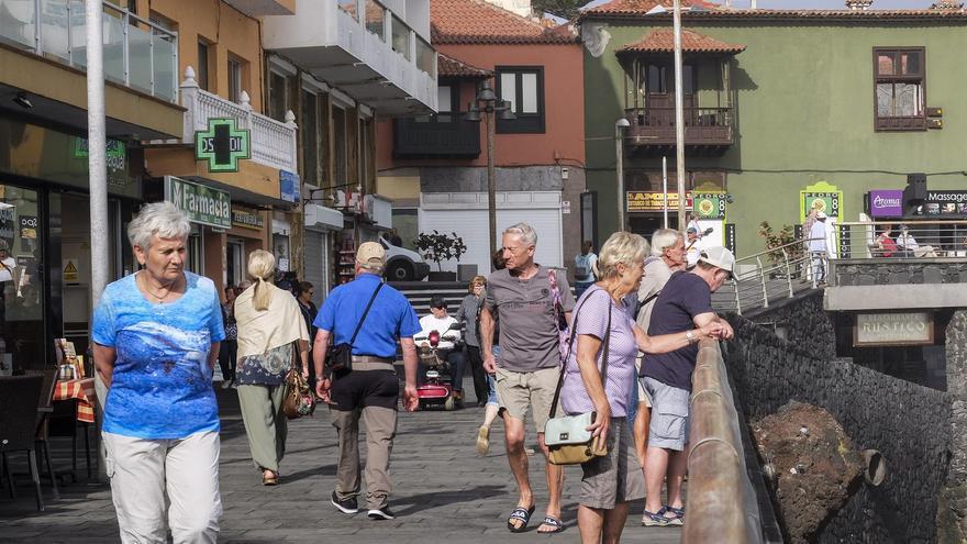 Turistas extranjeros en el paseo de San Telmo, en Puerto de la Cruz (norte de Tenerife)