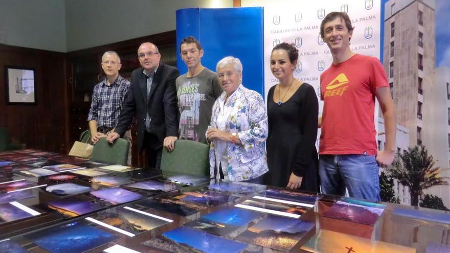 El presidente del Cabildo (segundo por la izquierda) y la consejara insular de Cultura, con los miembros del jurado del concurso, junto a las astrofotografías  que se expondrán.