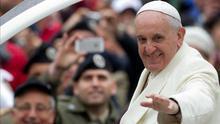 El Papa pide a los sacerdotes y obispos que estén al servicio de su comunidad