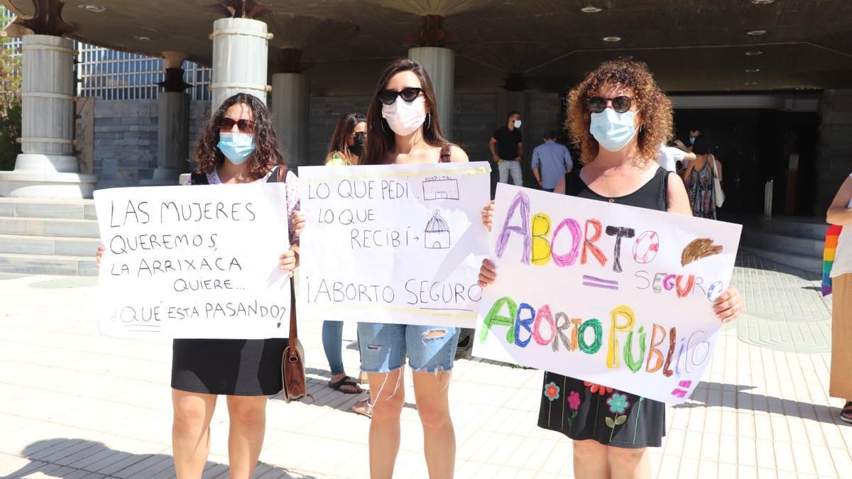 Concentración por un aborto digno frente a la Asamblea Regional