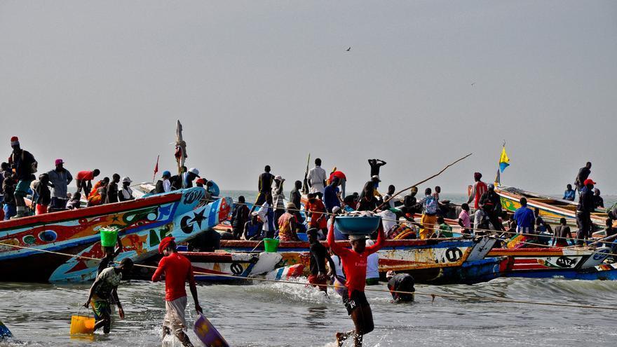 Pescadores en Tanji, uno de los centros pesqueros más activos del África Occidental. TURISMO DE GAMBIA
