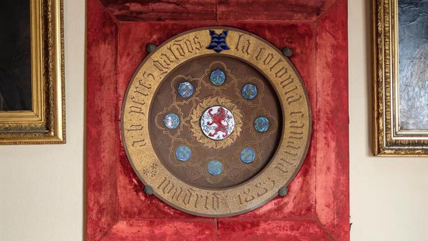 La vinculación, el afecto y el orgullo que el escritor Benito Pérez Galdós siempre mantuvo con Canarias fue objeto de reconocimiento por parte de la Comunidad Canaria en Madrid, la cual le obsequió en 1883 con este plato de hierro esmaltado