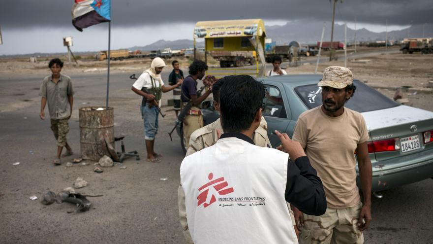 Un miembro del equipo de MSF dialoga con hombres armados en un puesto de control en las calles de Adén. El traslado de heridos es uno de los mayores desafíos a los que tienen que enfrentarse el personal sanitario. Además, la falta de combustible y los combates complican el movimiento de profesionales y la distribución de suministros. Fotografía: Guillaume Binet/MYOP
