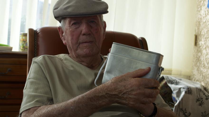 "Paco Griéguez nos muestra la ""gamela"" que usaba como plato en Mauthausen"