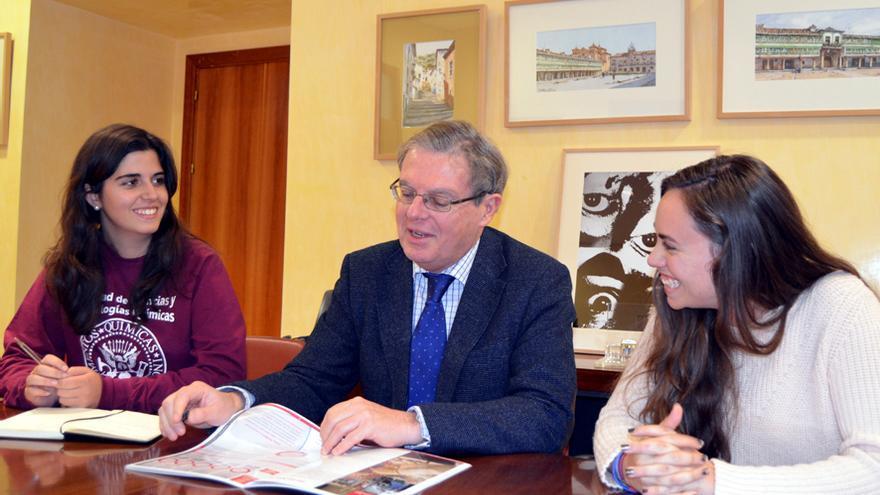 Miguel Ángel Collado con las nuevas representantes de los estudiantes de la UCLM