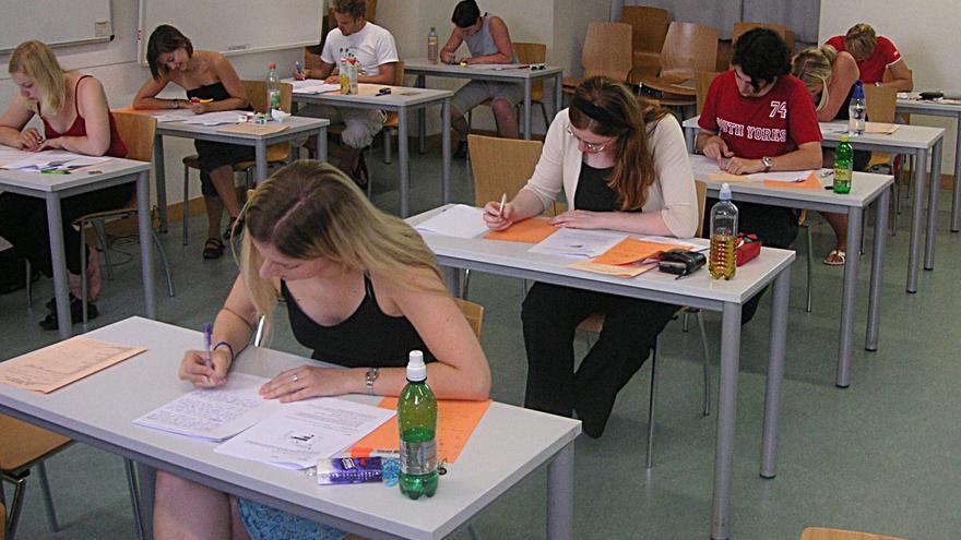 Estudiantes durante un examen tipo test.