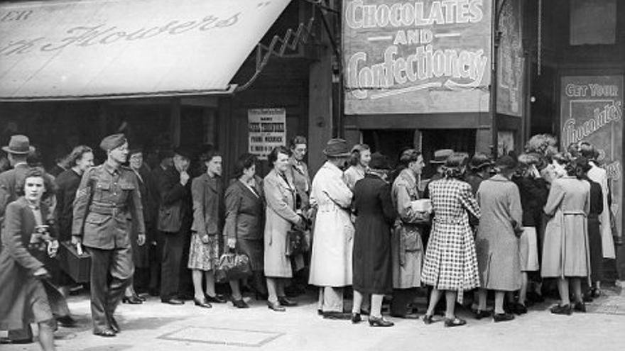 Cola de personas para comprar chocolates en Londres