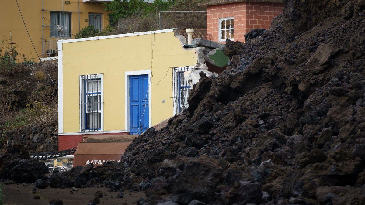 La colada de lava generada por el volcán que entró en erupción el domingo en La Palma ha irrumpido este miércoles en el pueblo de Todoque, en el municipio de Los Llanos de Aridane, derribando todo a su paso.