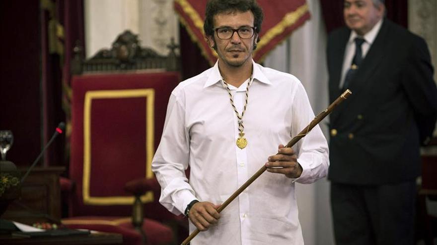El alcalde Cádiz cambia el retrato de Juan Carlos I por el del anarquista Salvochea