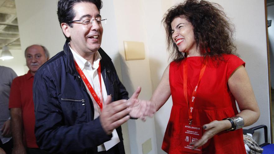 Pedro Martín y Gloria Gutiérrez se saludan tras la victoria del primero