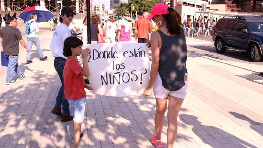 Las autoridades utilizan a los niños para convencer a sus padres inmigrantes de que acepten su culpabilidad y la deportación.