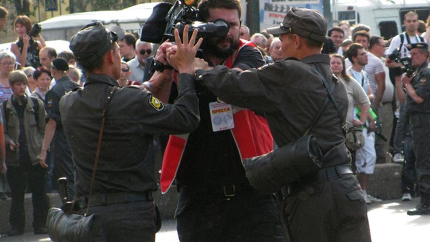 Dos policías detienen a un cámara durante una manifestación de la libertad de expresión, Rusia, 2010 © Tomasz Kizny
