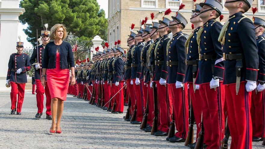 María Dolores de Cospedal pasa revista a los cadetes en el inicio del curso 2017-2018 de la Academia General Militar de Zaragoza