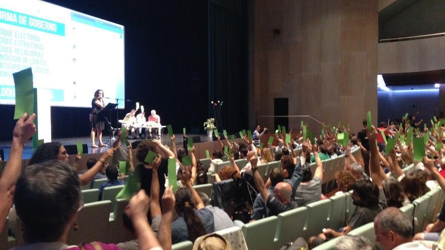 La asamblea aprueba constituir En Marea como partido instrumental para concurrir a las elecciones gallegas