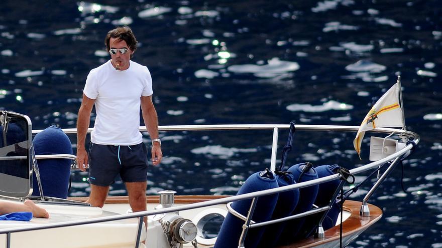 El expresidente Aznar, en un barco en aguas mallorquinas fumando un puro, en junio de 2011.
