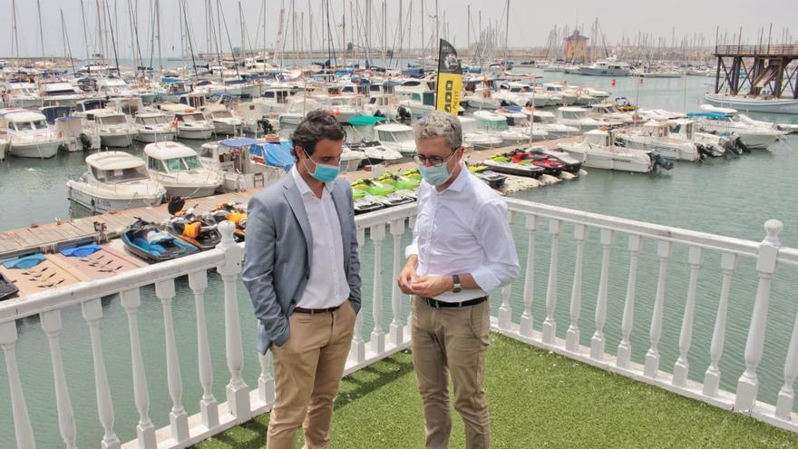 El conseller de Política Territorial, Arcadi España, junto al responsable del puerto deportivo de Torrevieja.