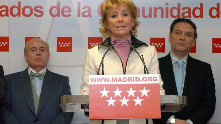 Esperanza Aguirre y al consejero Alfredo Prada en un acto oficial el año 2005. / Efe