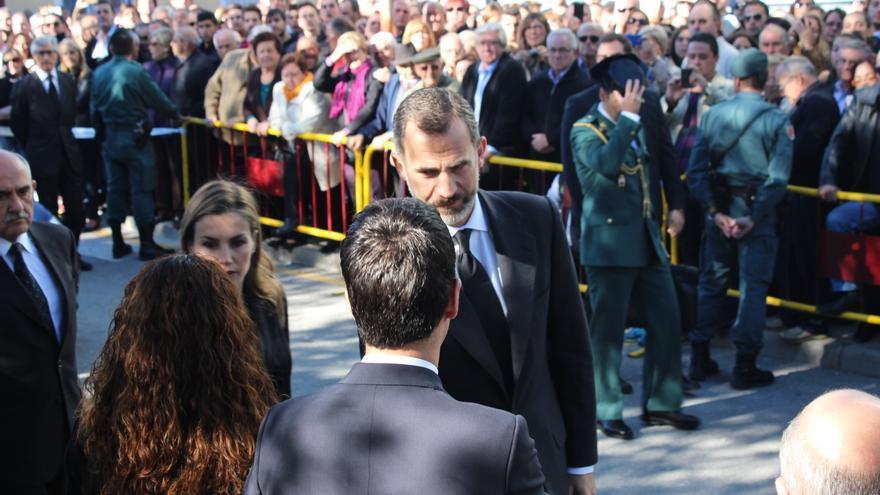 Los Reyes saludan a los miembros de la corporación municipal de Bullas a su llegada al funeral / PSS