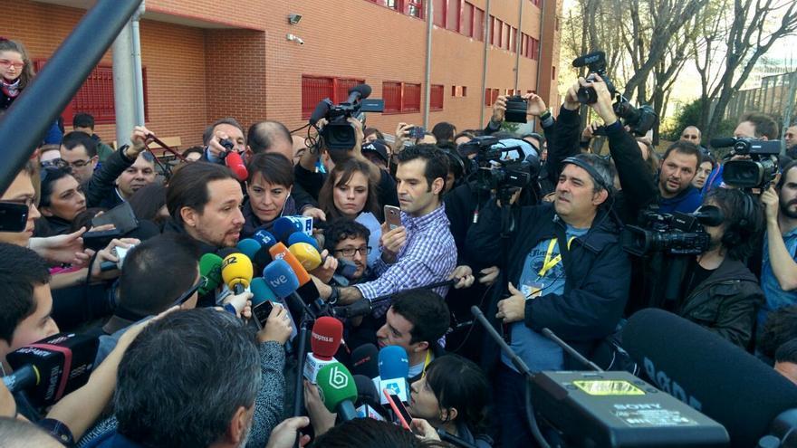 Pablo Iglesias habla con los periodistas frente al colegio electoral. Aitor Riveiro